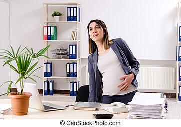 jeune, employé, bureau fonctionnant, pregnant