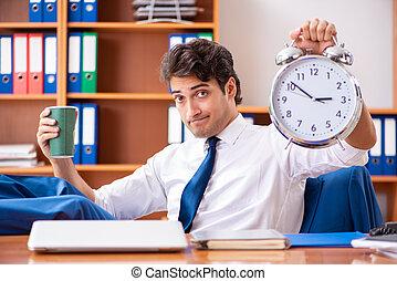 jeune, employé, fonctionnement, dans, bureau