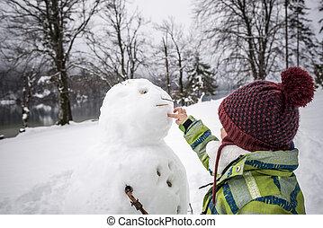 jeune enfant, confection, a, hiver, bonhomme de neige