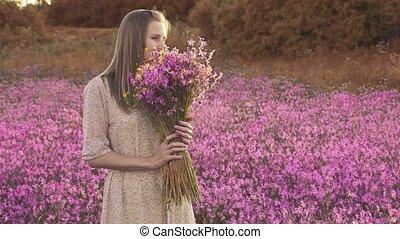 jeune, ensoleillé, wildflowers, pré, debout, fleurir, femme...