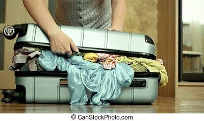 jeune, essayer, femme, meute, valise, overfilled