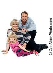jeune famille, de, trois, poser, indoors., projectile studio