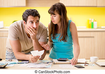 jeune famille, lutter, à, finance personnelle
