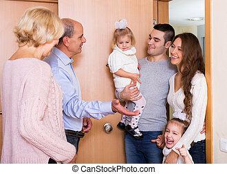 jeune famille, positif, grands parents, visiter