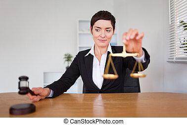 jeune femme, à, a, marteau, et, les, balance justice
