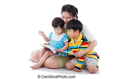 jeune, femme, à, deux, peu, enfants asiatiques, lecture livre
