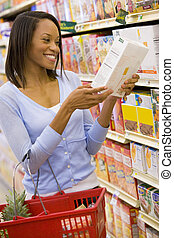 jeune femme, épicerie commerciale