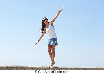 jeune femme, équilibrage, promenade, marche, dehors