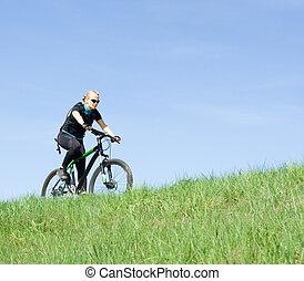 jeune femme, équitation, a, vélo tout terrain