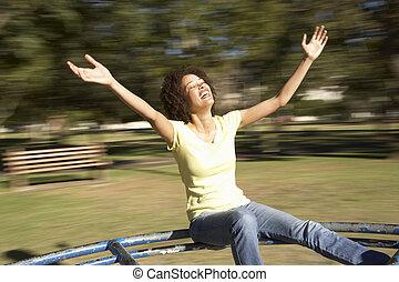 jeune femme, équitation, sur, détourné, dans parc