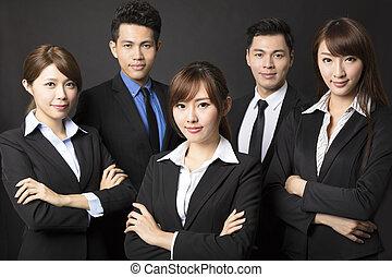 jeune, femme affaires, à, réussi, equipe affaires