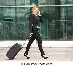 jeune, femme affaires, marcher parler, téléphone, dans ville
