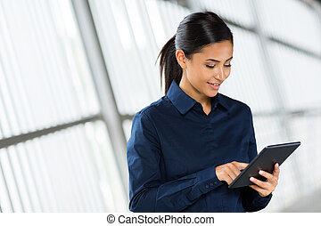 jeune, femme affaires, utilisation, tablette, informatique