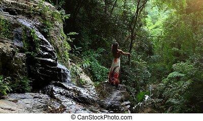 jeune femme, ascensions, mains, à, chute eau, dans, jungle,...