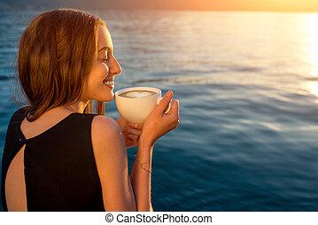 jeune femme, café buvant, sur, les, jetée, à, levers de soleil