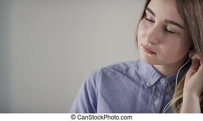 jeune femme, casque dans-oreille, et, inclut, musique, sur, les, téléphone.