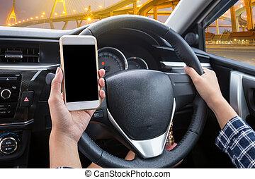 jeune femme, chauffeur, utilisation, écran tactile, smartphone, et, possession main, volant, dans voiture, à, moderne, pont, soir, temps, fond