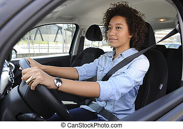 Jeune femme heureuse conduisant une voiture