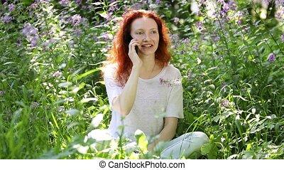 jeune femme, conversation, fleurs, téléphone portable, roux
