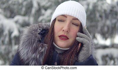 jeune femme, conversation, hiver, parc, téléphone
