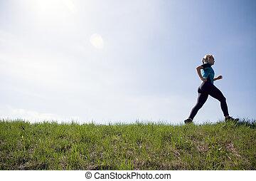 jeune femme, courant, dehors, sur, vert, piste