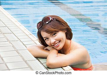 jeune femme, délassant, dans, piscine