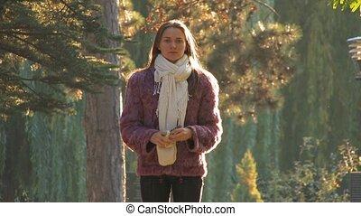 jeune femme, dans, automne, parc