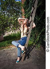 jeune femme, dans, blue-jeans, et, hauts talons, dans, arrière-cour, été, mode