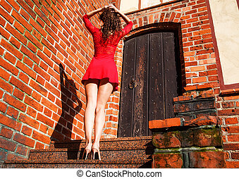 femme dans rouge elle à jeune est debout robe RdwqRa5x