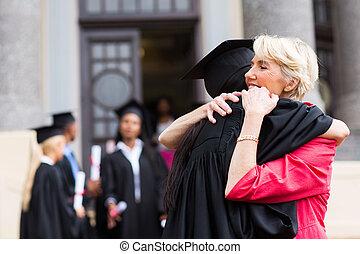 jeune, femme, diplômé, étreindre, mère