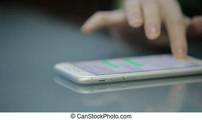 jeune femme, doigts, dactylographie, sur, les, smartphone, blanc