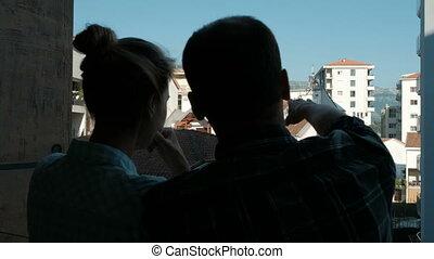 jeune femme, et, position homme, sur, balcon, de, appartement, dans, summer.