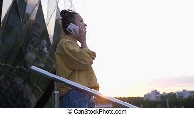 jeune femme, extérieur, téléphone, brunette