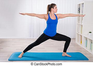 mince gymnastique femme flexible maison exercice salle photos de stock rechercher des. Black Bedroom Furniture Sets. Home Design Ideas