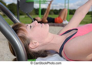 jeune femme, faire, sports, dehors