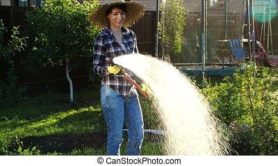 jeune femme, hose., arrosage, passe-temps, elle, jardin, usines, concept