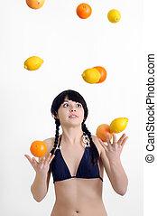 jeune femme, jonglerie, à, agrumes
