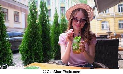 jeune femme, jour, chaud, cocktail, boire, café, terrasse, ...