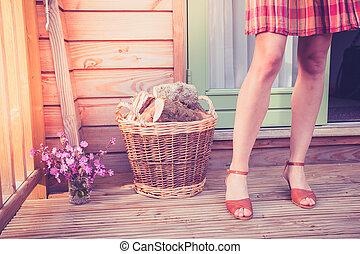 jeune femme, journaux bord, porche