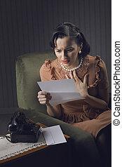 jeune femme, lecture lettre, à, inquiété, expression