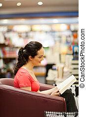 jeune femme, lecture livre, dans, librairie