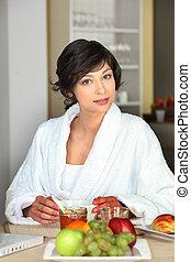 jeune femme, manger, a, petit déjeuner sain