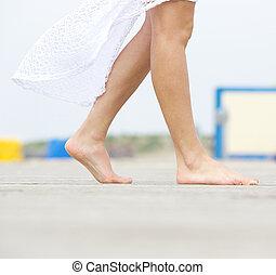 jeune femme, marche, pieds nue, dehors