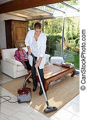 jeune femme, nettoyer aspirateur
