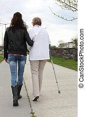 jeune femme, portion, personnes agées, dame, promenade
