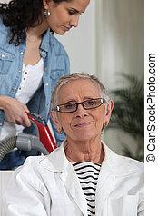 jeune femme, portion, une, plus vieux, dame, à, les, ménage