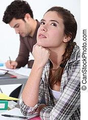 jeune femme, rêvasser, dans classe