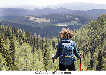 jeune femme, randonnée, dans, montagne