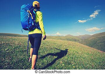 jeune femme, randonnée, dans, prairie, sommet montagne