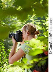 jeune, femme, randonnée, photographe, forêt